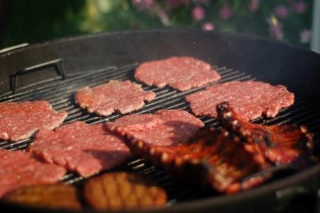 Мясо, приготовленное на гриле, усугубляет сердечные проблемы