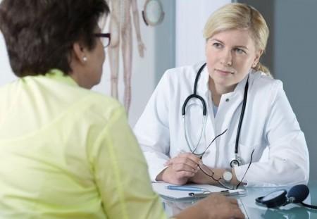 Гинеколог индивидуально подбирает гормональные препараты для смягчения симптомов климакса