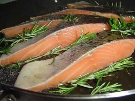 Потребление жирной рыбы снижает риск инсультов