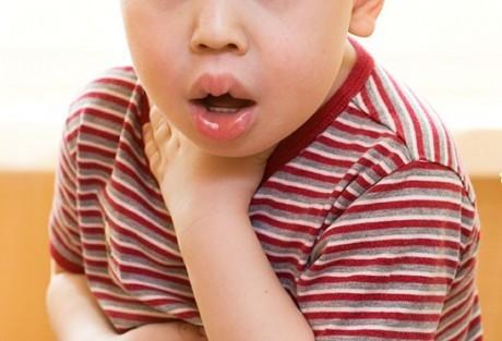 Распухание языка и губ, затрудняющие дыхание, один из признаков анафилактического шока