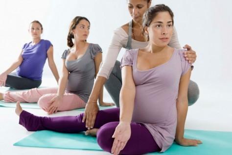 Перинатальная йога помогает улучшить физическое и психологическое состоянием будущей мамы.