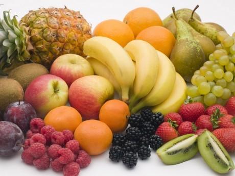 Не стоит пренебрегать фруктами и ягодами, они содержат большое количество витаминов для волос