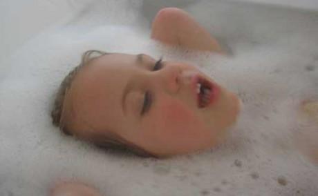 Горячая ванна в течение получаса помогает уменьшить симптомы аутизма