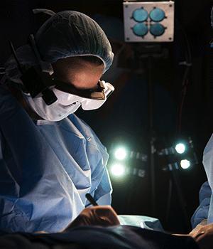Грудной хирург Dr. Julie Margenthale использует высокотехнологичные очки для визуализации раковых клеток у пациента.