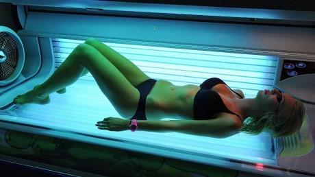 Люди все чаще загорают солярии для снятия стресса