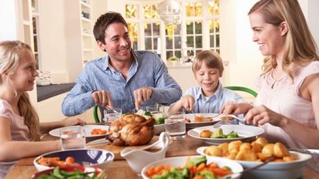 Совместный ужин улучшает эмоциональное здоровье детей.