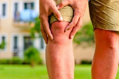 Один из симптомов ревматизма - боль в крупных суставах, чаще коленных и голеностопных