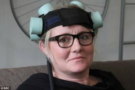 Шлем создает электрические импульсы, которые воздействуют на мозг пациента, стимулируя рост новых кровеносных сосудов