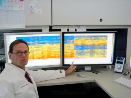 На фото Стивен Альберт Джонстон перед мониторами, отображающими иммунную активность - иммуносигнатуру.