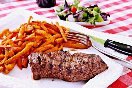 Питание помогает бороться с джетлагом (синдромом смены часовых поясов).