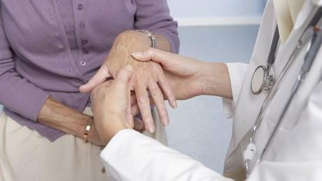 При возникновении первых симптомов ревматоидного артрита следует как можно скорее обратиться к врачу ревматологу.