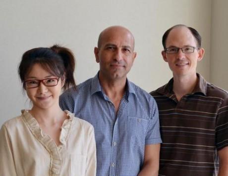 Авторы исследования - профессор Реза Гадири (в центре), доцент кафедры химии Люк Леман (справа) и научный сотрудник Яннан Чжао.