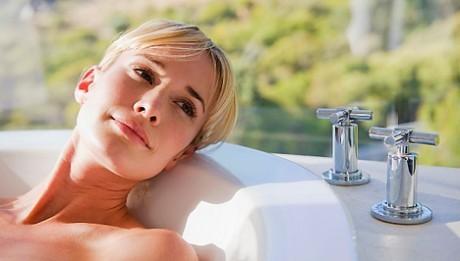 Лучше всего процедуру спринцевание проводить в ванне.