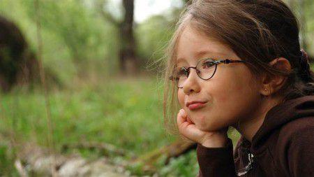 прогулки на свежем воздухе защищают школьников от развития близорукости.