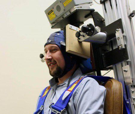 Доброволец во время исследования действия устройства от укачивания