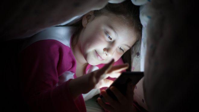 Использование смартфонов в темное время суток, откладывает наступление сна на час