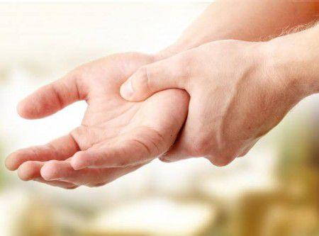 Отеки при заболевании почек возможны даже на руках