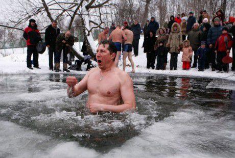 Врачи рассказали, кому нельзя погружаться на Крещение