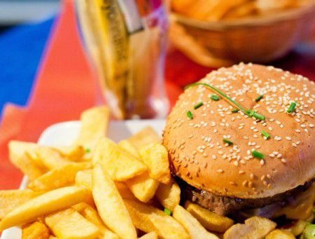 Диета с высоким содержанием жира повышает риск развития рака кишечника.