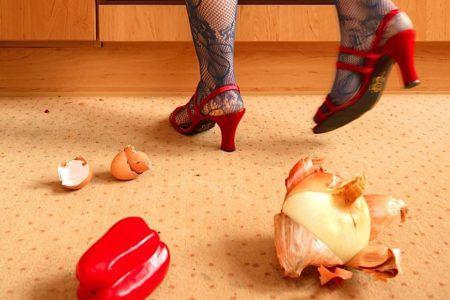 Пища, упавшая на пол, кишит бактериями